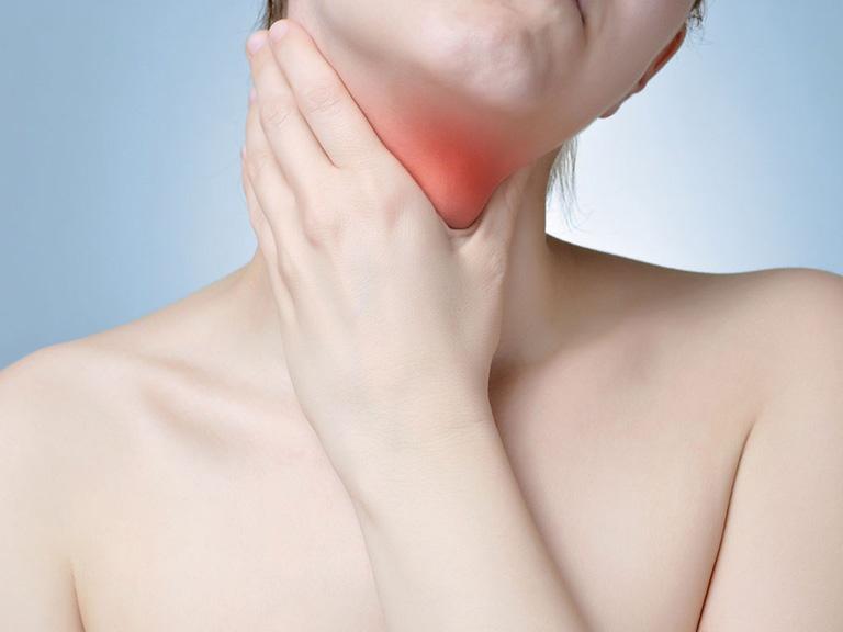 Bệnh gây ra tình trạng nóng rát, đau ngứa ở cổ họng