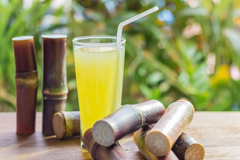 Uống nước mía cũng có thể giúp giảm tình trạng ợ hơi, đau dạ dày, trào ngược dạ dày