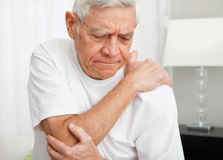 Bệnh thường dễ gặp phải do nguyên nhân tuổi tác khiến xương khớp thoái hóa