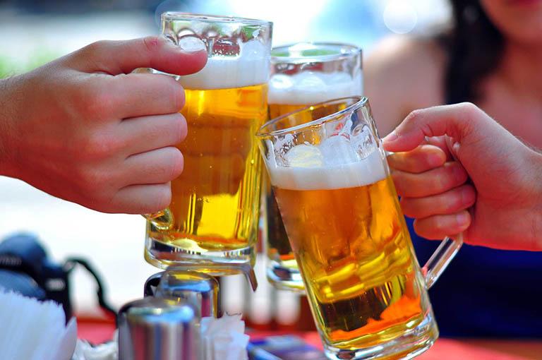 Uống rượu bia là nguyên nhân hàng đầu gây ra bệnh trào ngược