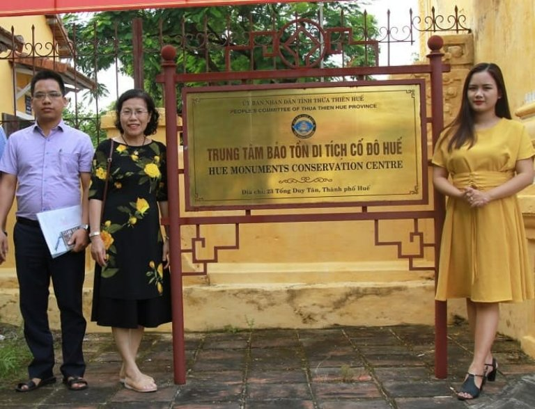 Bác sĩ Nguyễn Thị Vân Anh tìm hiểu bài thuốc tại Huế