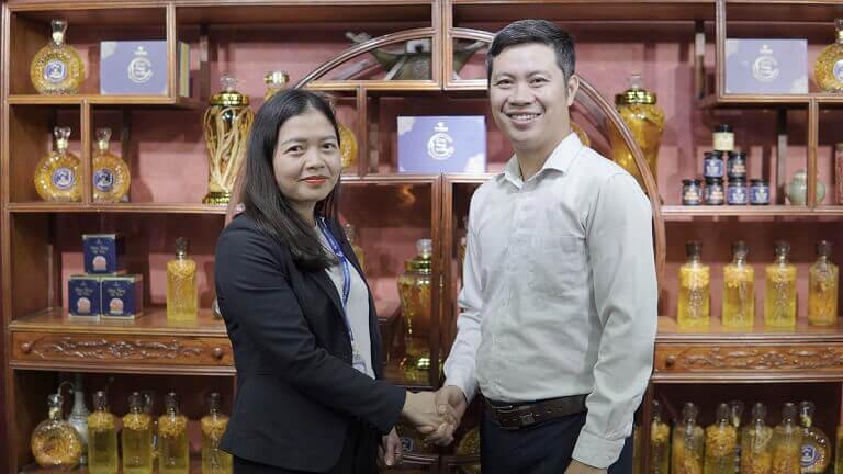 Chủ tịch công đoàn Tập đoàn Vietmec – Bà Nguyễn Lan Anh và Giám đốc Vietfarm – Ông Nhâm Quang Đoài trong buổi kí kết cung cấp set quà cho sự kiện