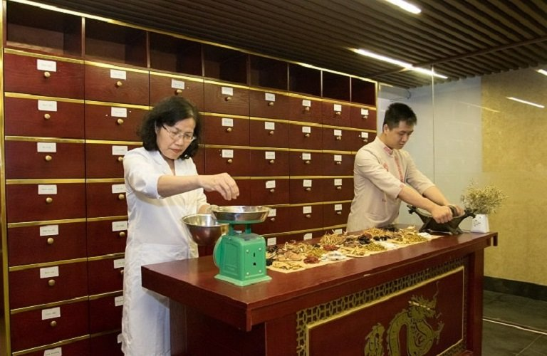 TS.BS Nguyễn Thị Vân Anh dành nhiều thời gian nghiên cứu các vị thuốc