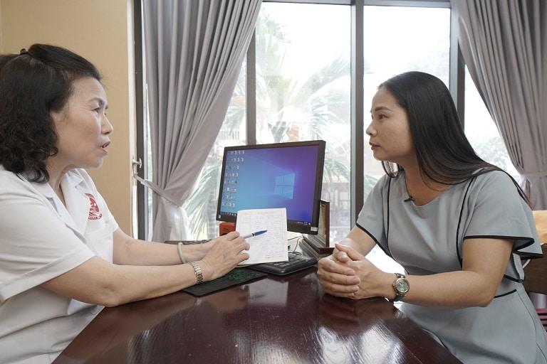 Bác sĩ Nguyễn Thị Vân Anh khám bệnh dạ dày cho phụ nữ sau sinh